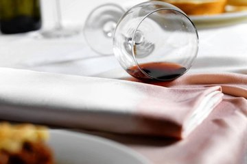 Как избавиться от пятен красного вина