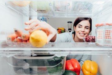 Генеральная уборка холодильника и правила хранения продуктов
