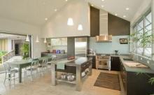 Интересный дизайн кухни с высокими потолками