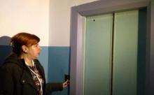 Жильцы многоэтажки Челябинска уже год живут без лифта